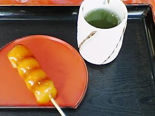朝ご飯は緑茶とみたらし団子のセット♪.jpg